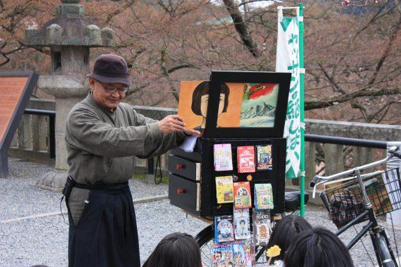 Kamishibai Seni Bercerita dengan Gambar dari Jepang